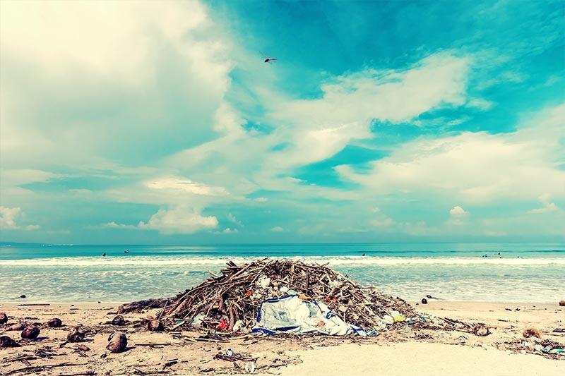 Góra śmieci naplaży.