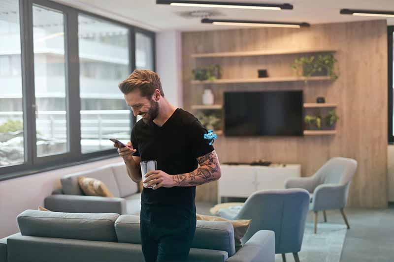 Mężczyzna korzysta ztelefonu.