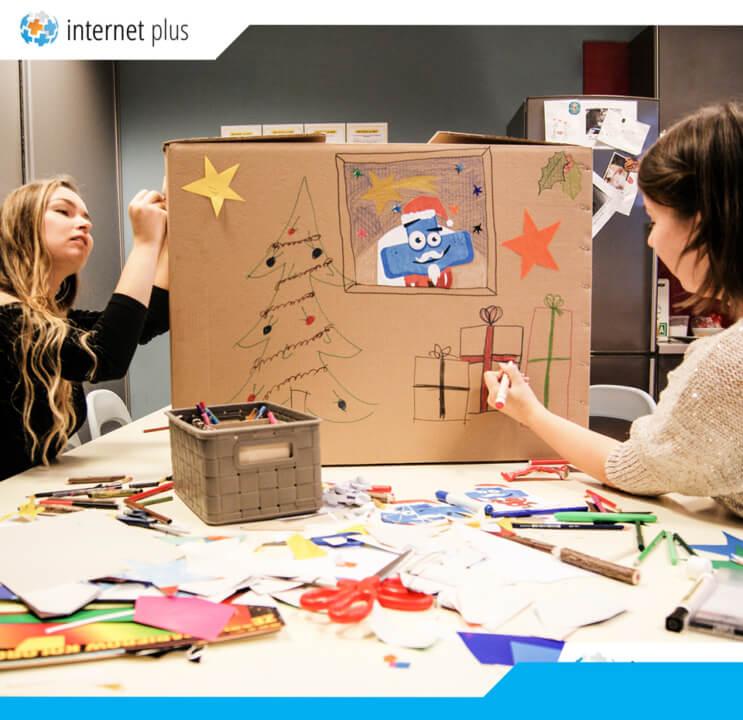 Ekipa zInternet Plus ozdabia świąteczne pudełko